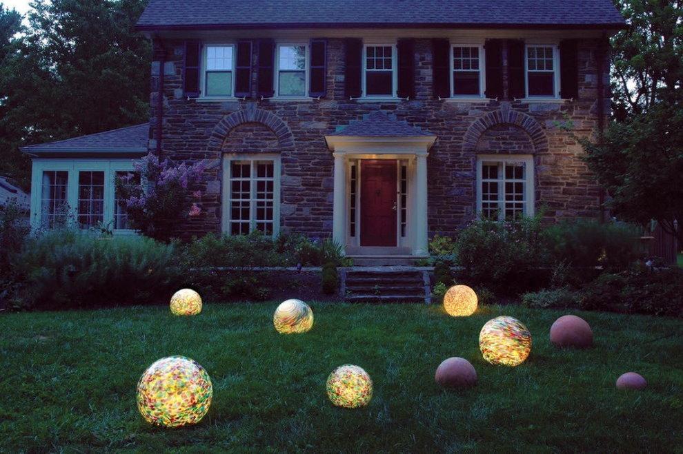 Светильники сферической формы на зеленом газоне
