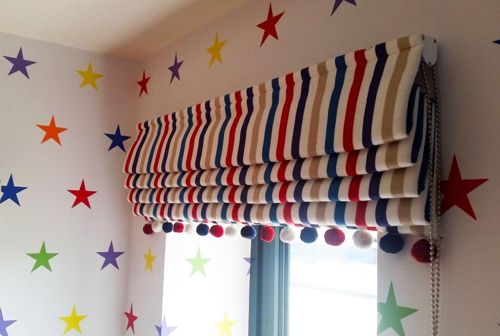 Полосатая римская штора на окне в детской комнате