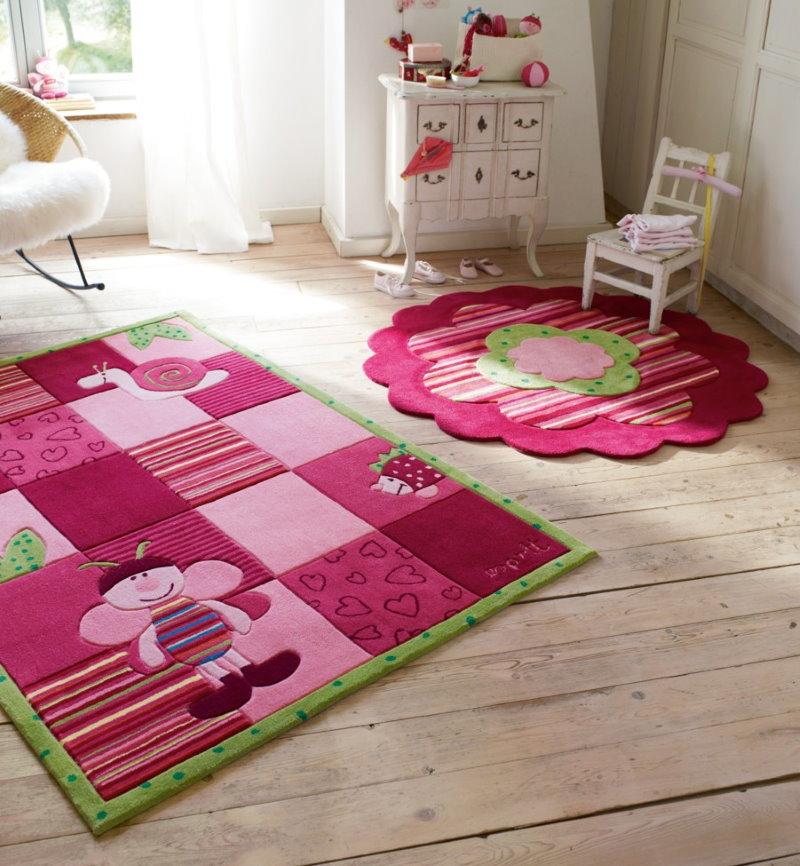 Красивый шелковый коврик розового оттенка