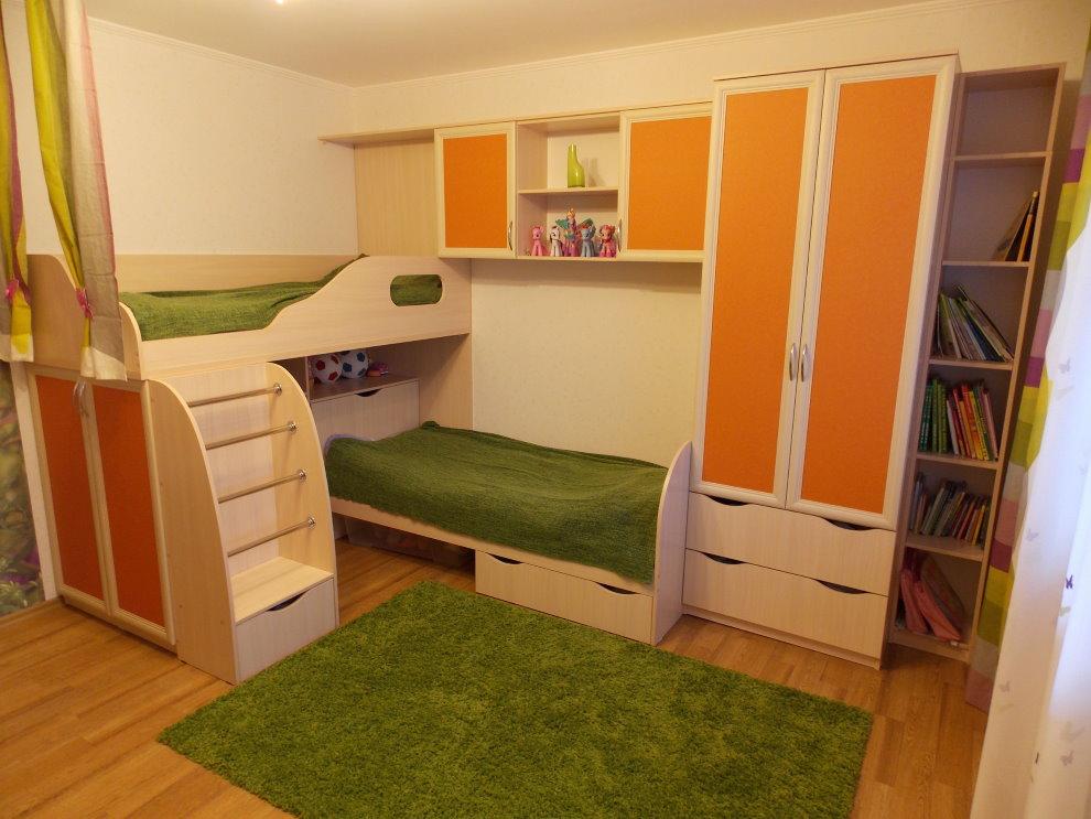 Шкаф с оранжевыми дверцами в спальне для двоих детей