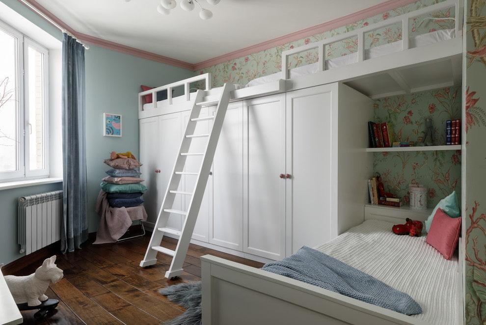 Белые шкафы в комнате троих девочек