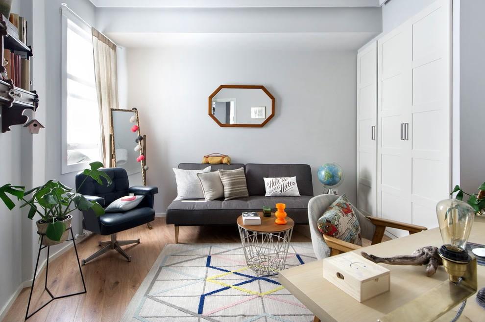 Белый шкаф в зале трехкомнатной квартиры