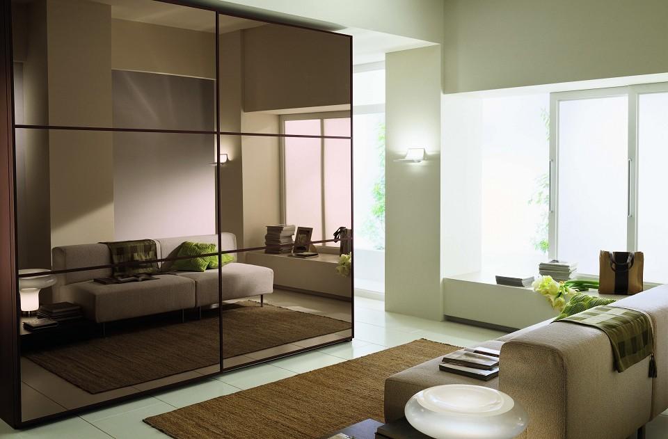 Шкаф-купе в интерьере современной гостиной