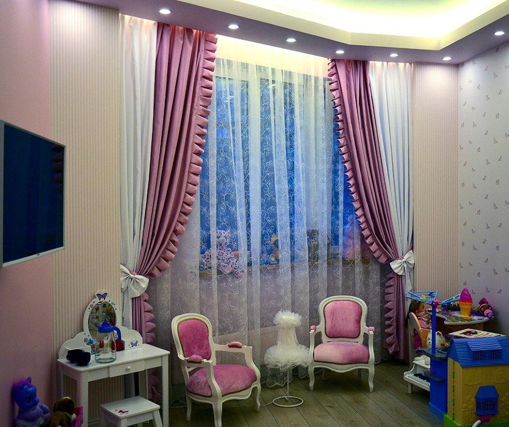 Плотные шторы с бахромой в комнате девочки
