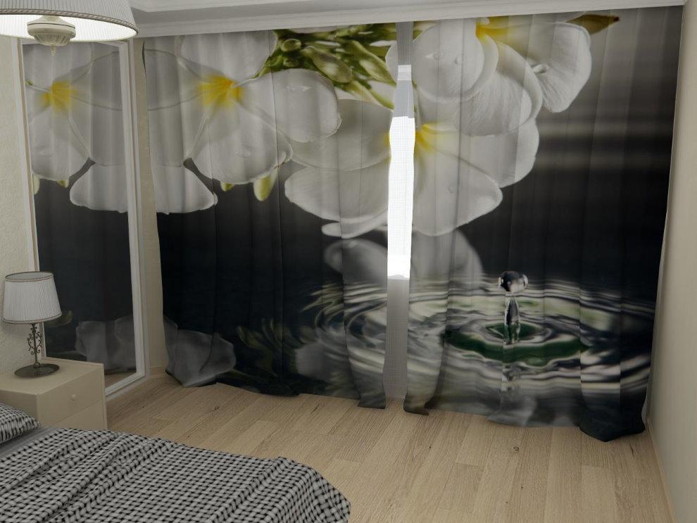 Огромные цветы на занавесках в спальне подростка