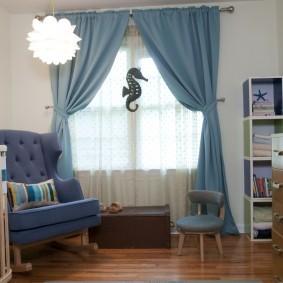 Голубые шторы в паре с белым тюлем