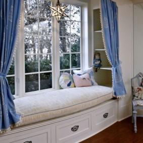 Короткие шторы над диванчиком в детской