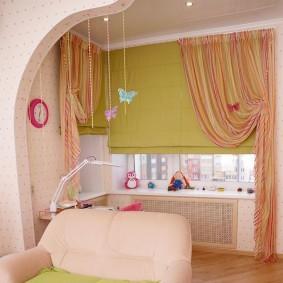 Римские шторы в комбинации с полосатыми занавесками