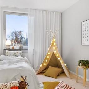 Белые занавески в комната с игровым домиком