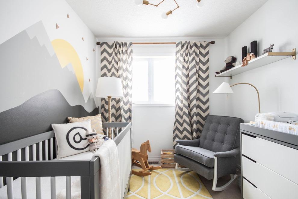 Серо-белые занавески в комнате с кроваткой для новорожденного