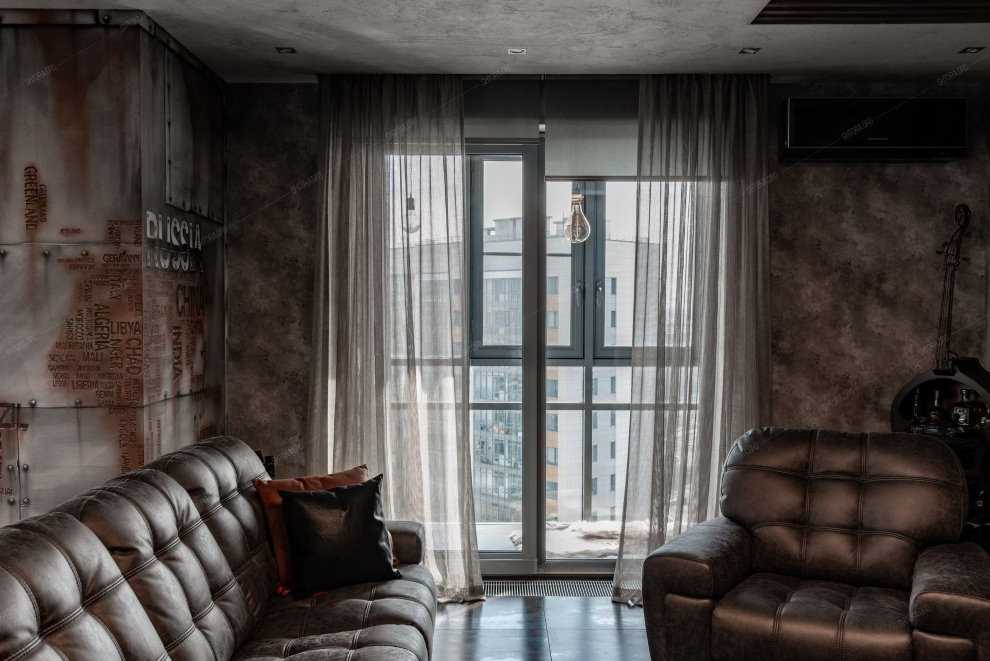 Кожаная мебель в комнате индустриального стиля