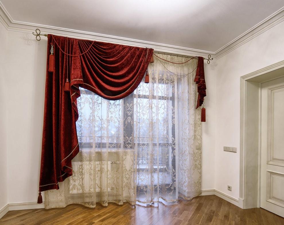 Красные бархатные шторы на окне с балконной дверью
