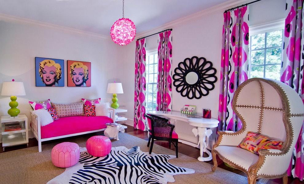Розовый диванчик в детской комнате с красивыми шторами