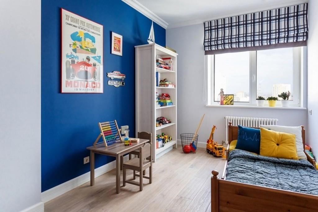 Белый стеллаж у синей стены
