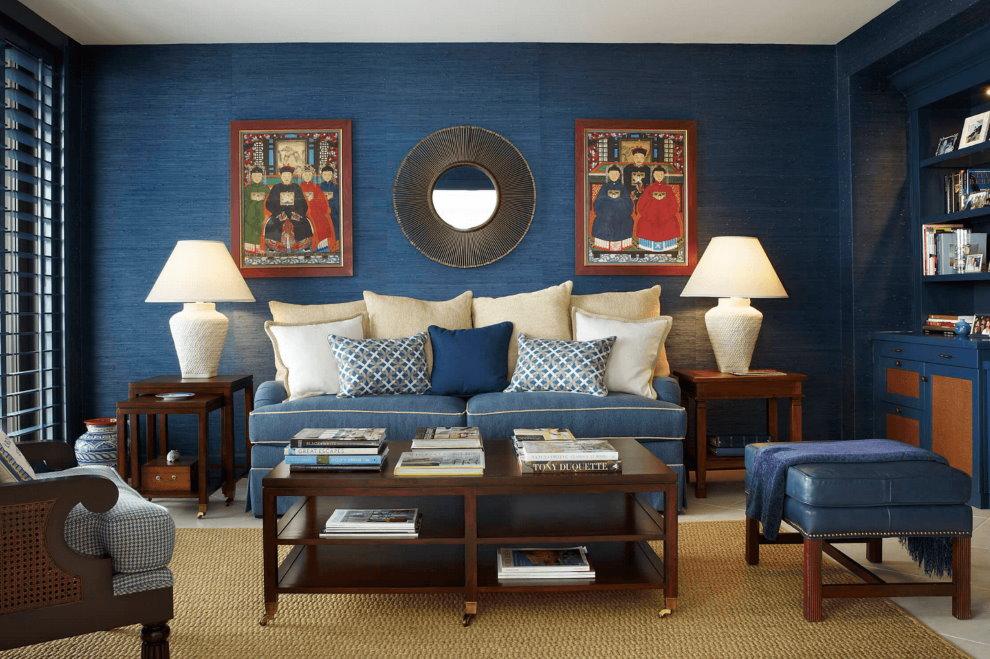 Декорирование стен зала синими обоями