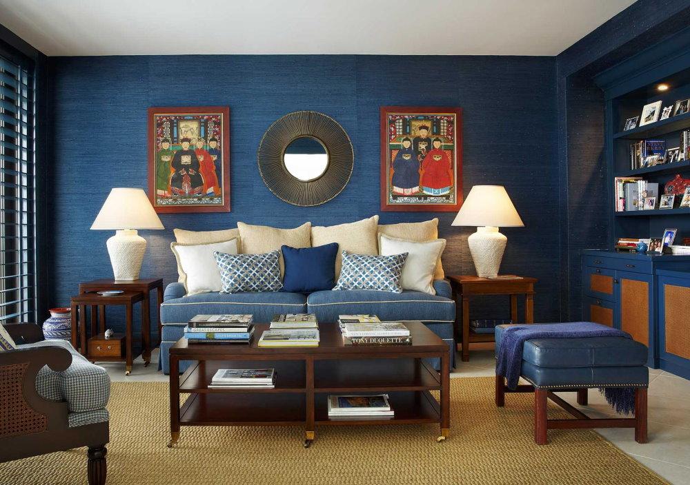 Белый потолок гостиной с синими обоями