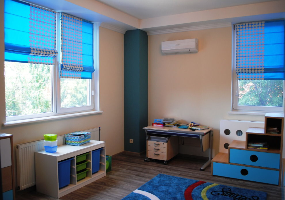 Синие римские шторы в комнате мальчика