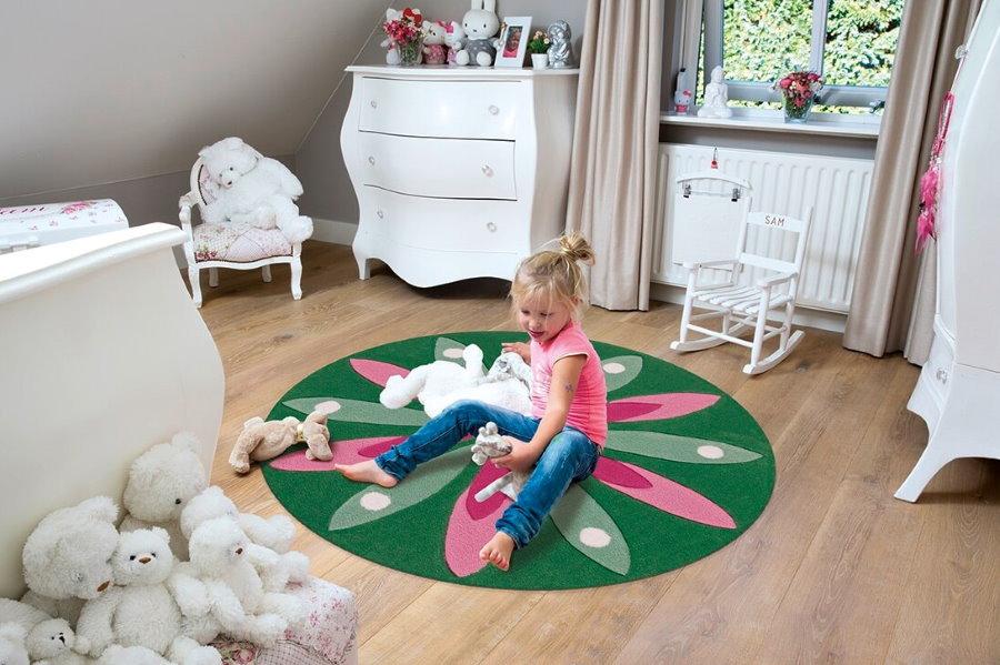 Маленькая девочки на коврике из полипропилена