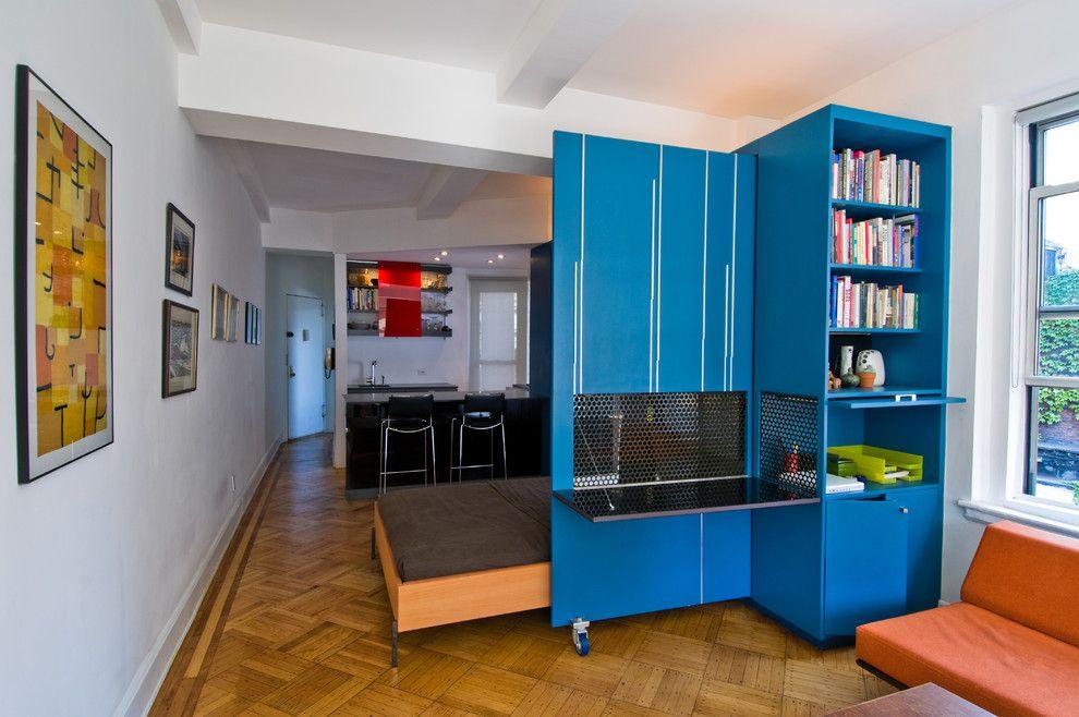 Синий шкаф в комнате с белой отделкой