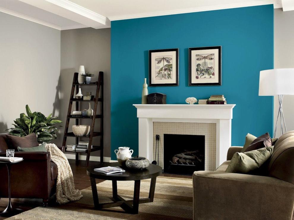 Картины на синей стене в гостиной