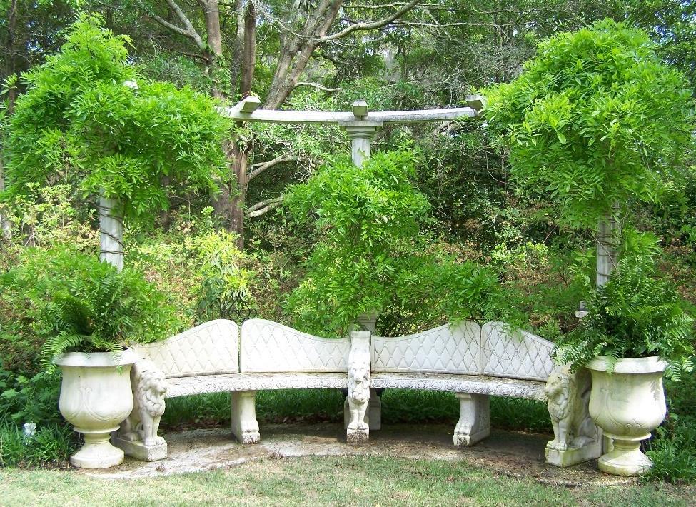 Уголок отдыха со скамейкой из природного камня