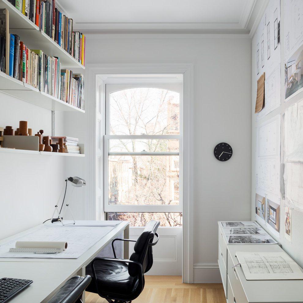 Практичный стол в белом кабинете