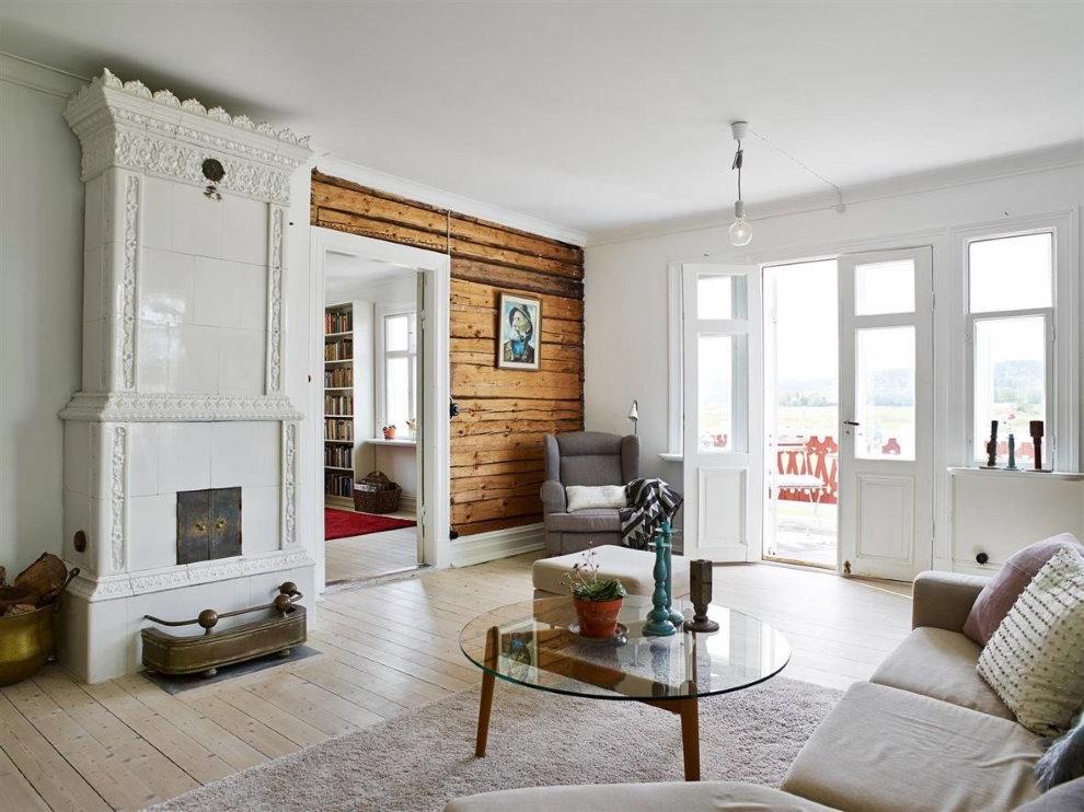 Светлый зал в скандинавском стиле с выходом во двор