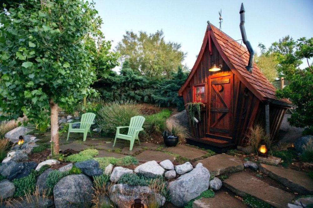 Садовый туалет в виде сказочного домика