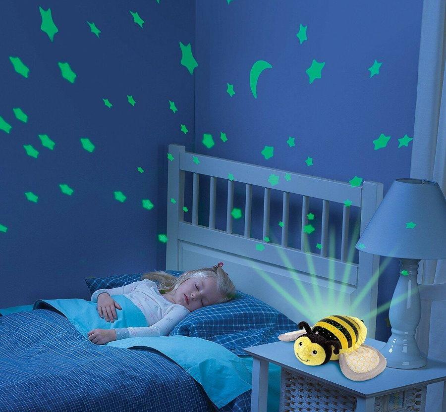 Спящий ребенок в комнате с ночником-проектором