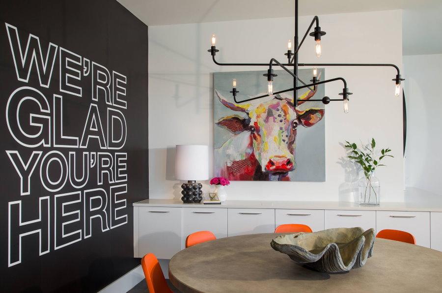 Современная картина на стене гостиной комнаты