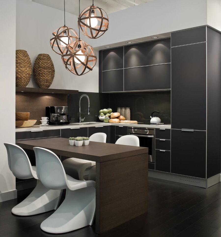 Белые стулья на темном полу современной кухни