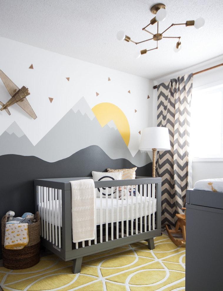 Современная люстра в комнате для младенца