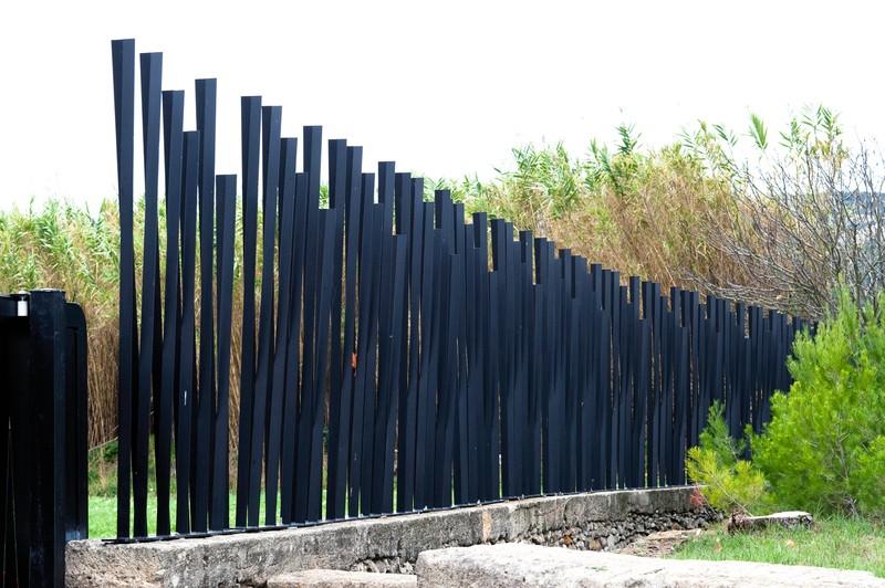 Скульптурный забор на границе дачного участка