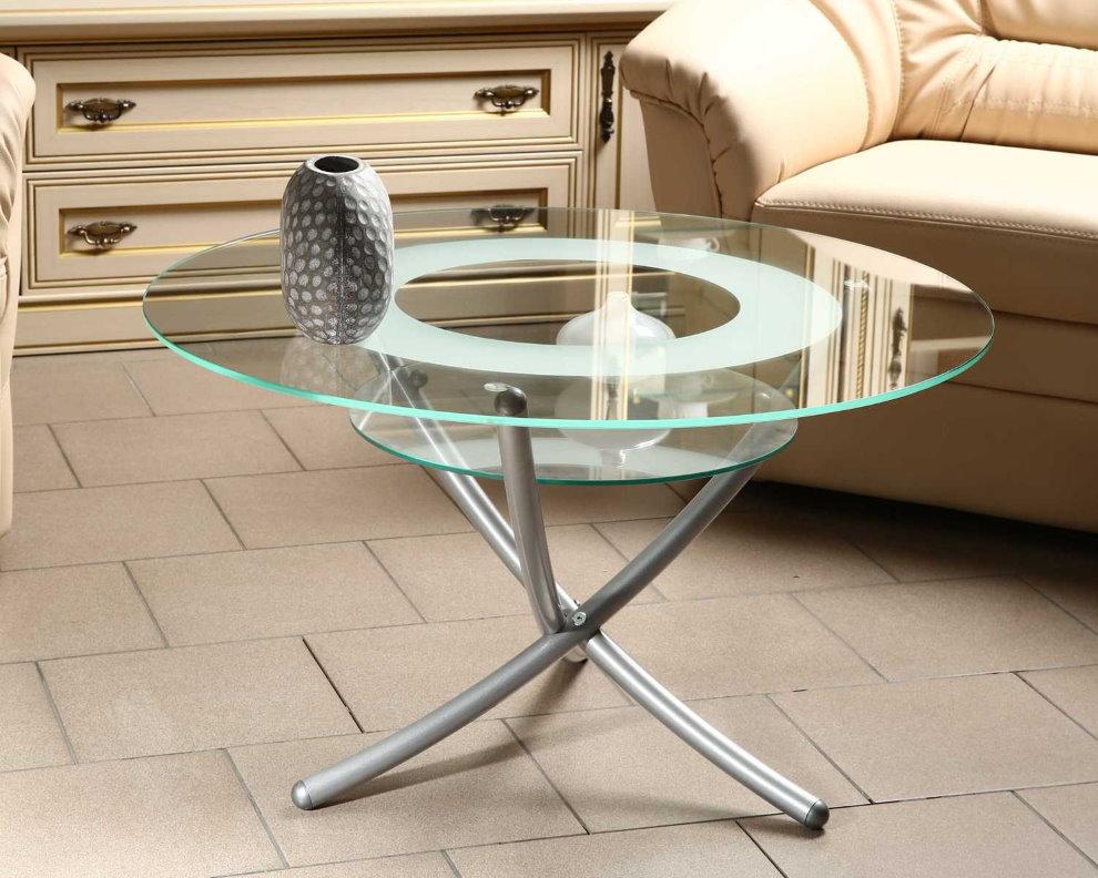 Небольшой журнальный столик с прозрачной поверхностью