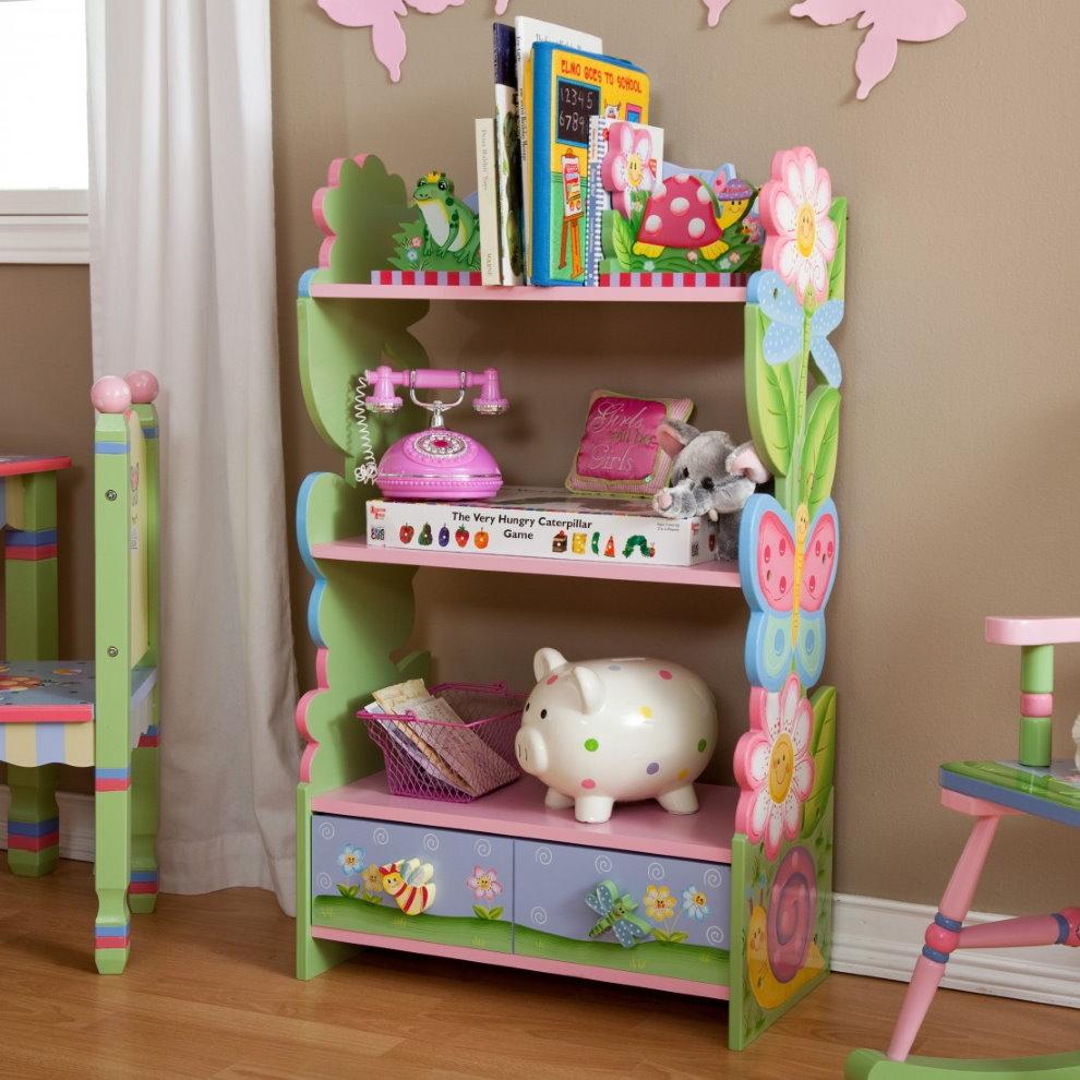 Стеллаж для игрушек в комнате маленькой девочки