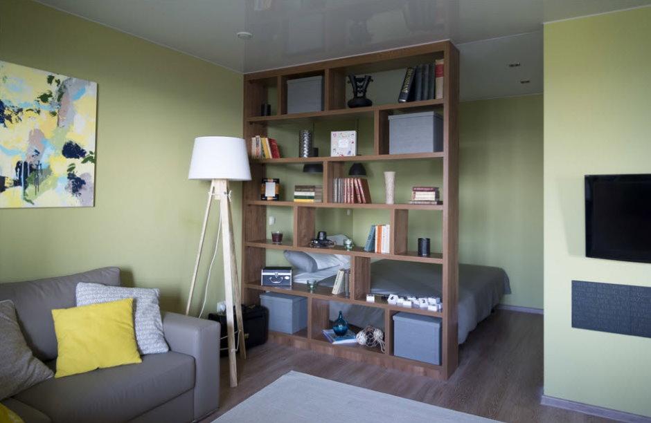 Открытый стеллаж в роли разделителя комнаты в квартире