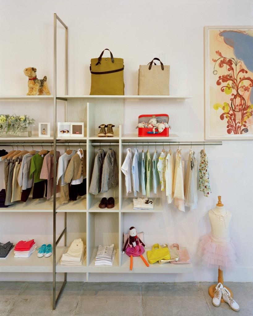 Открытый стеллаж с вешалками для одежды