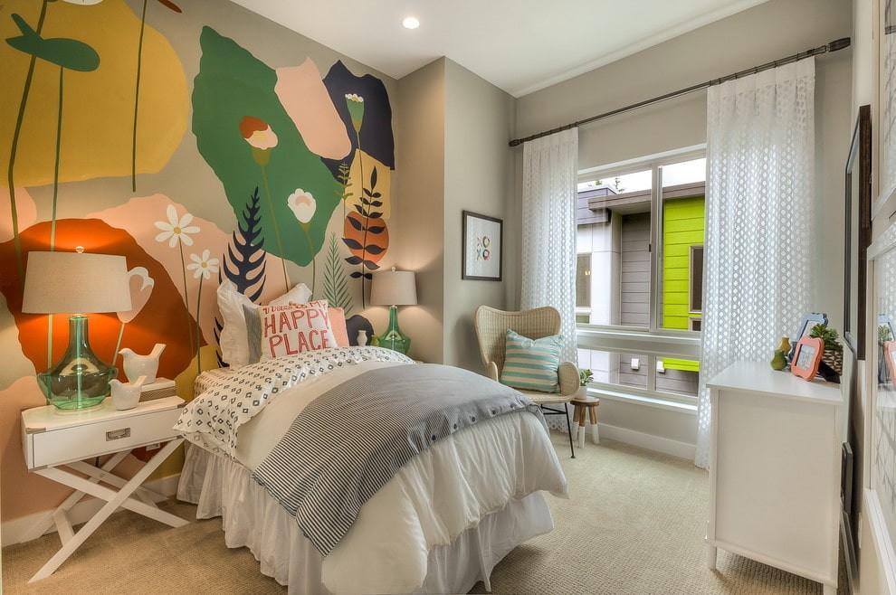 Декорирование стены в спальне цветными красками