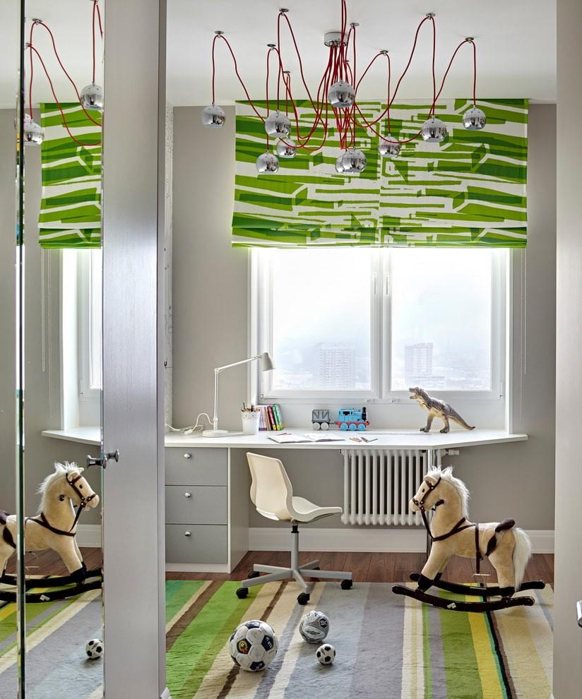 Зеленая штора над белым столом