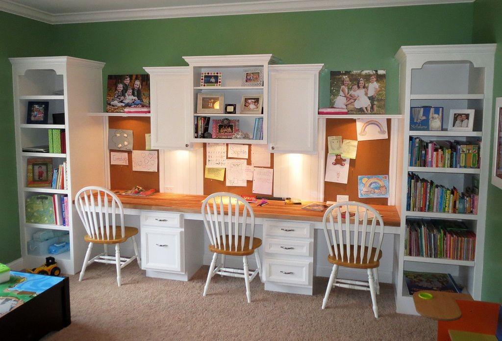 Длинный письменный стол для троих детей