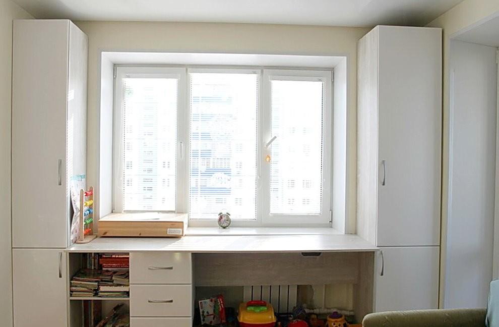 Обустройство рабочего места школьника перед окном в квартире