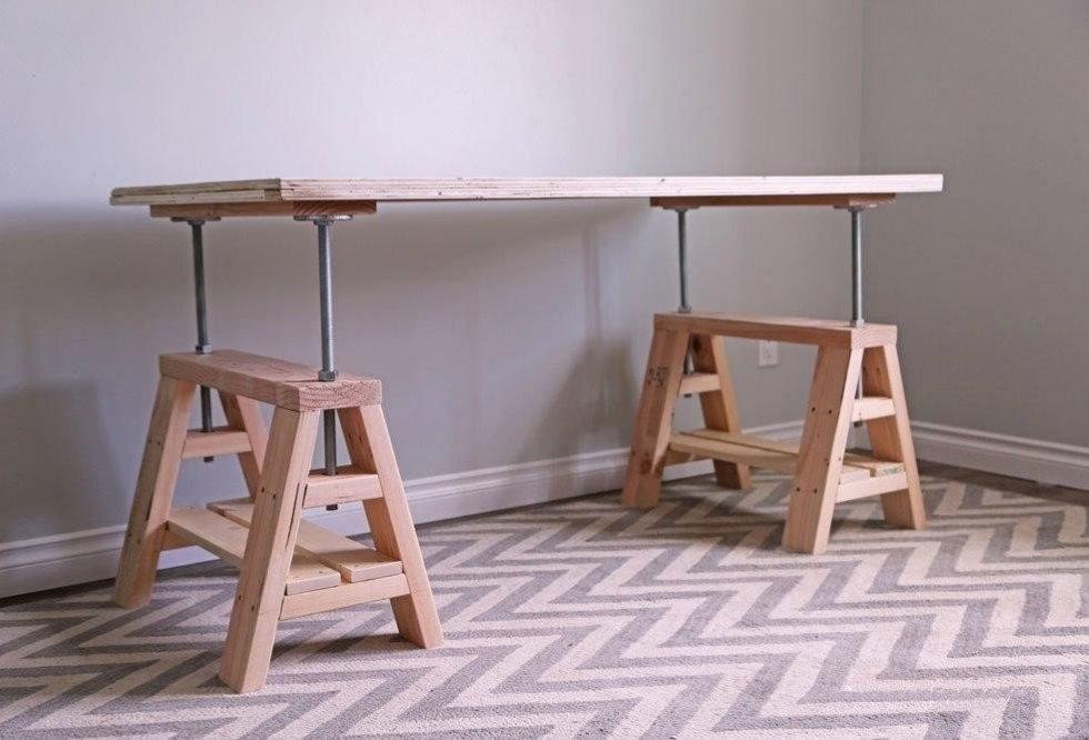 Деревянный стол с регулировкой высоты столешницы