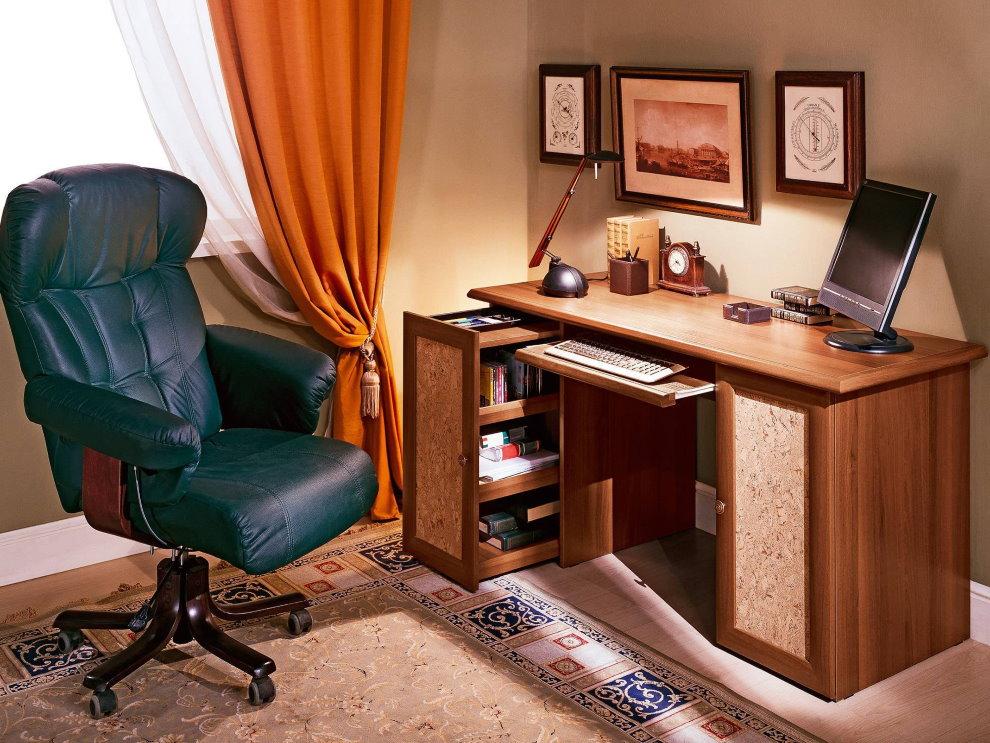 Офисное кресло возле компьютерного стола