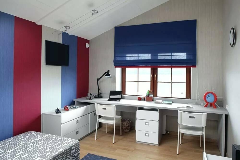Синяя штора над письменным столом в детской