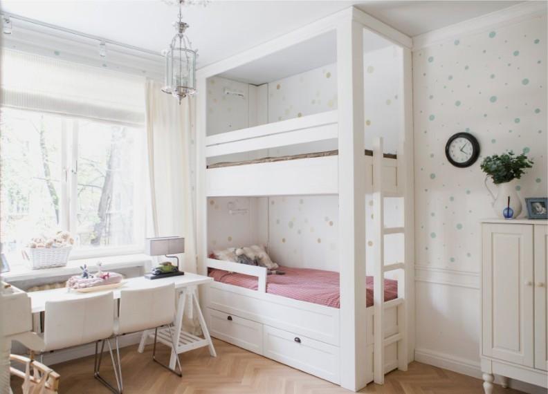 Белая мебель в комнате девочек