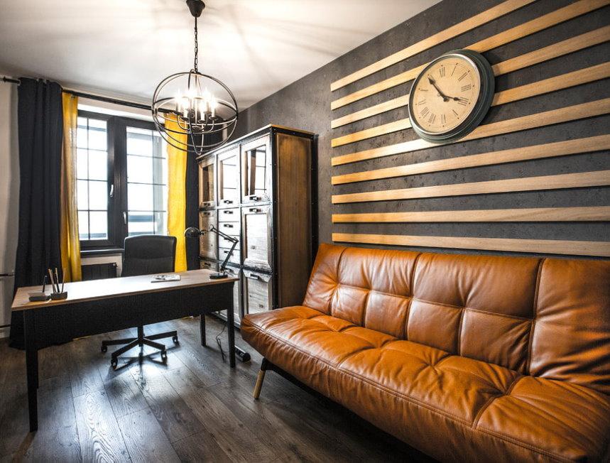 Письменный стол в кабинете лофтной стилистики