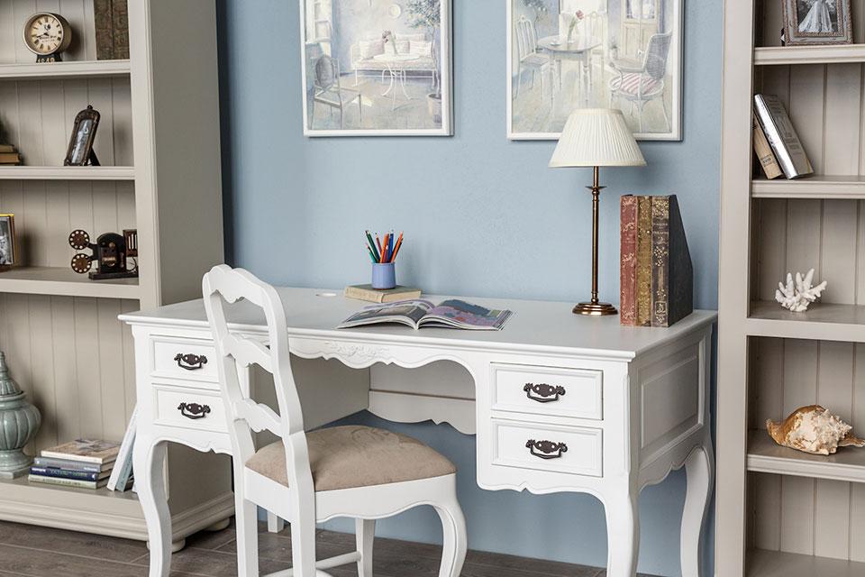 Стол в домашнем кабинете деревенского стиля