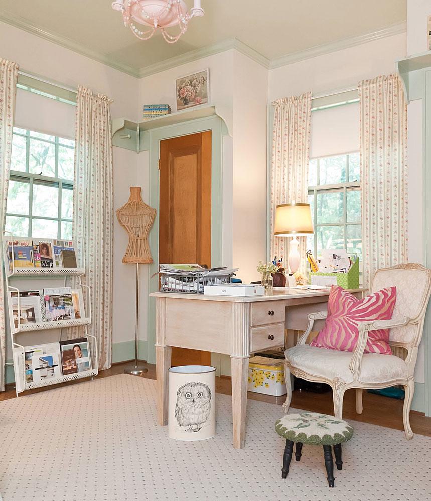 Письменный стол в кабинете молодой девушки