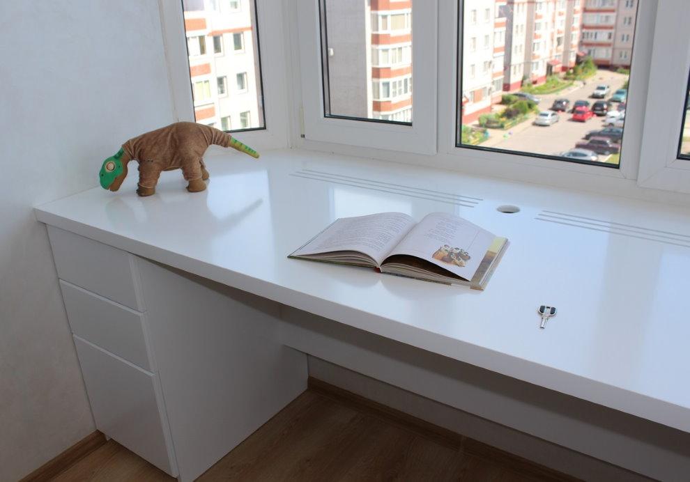 Открытая книга на столе-подоконнике