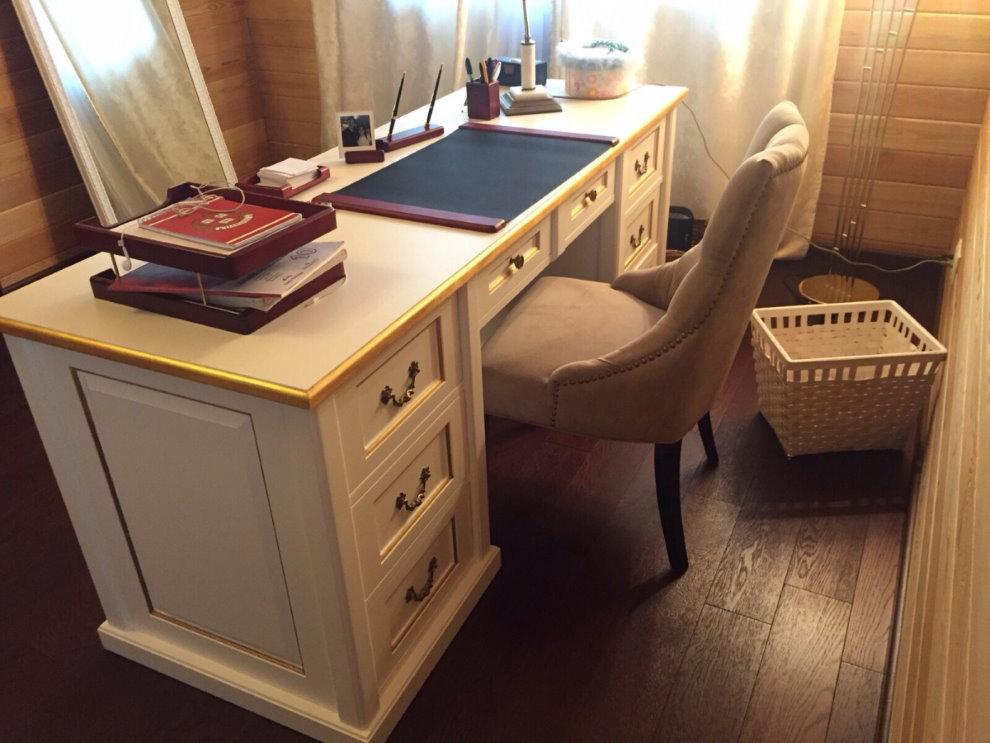 Удобный стул перед большим письменным столом